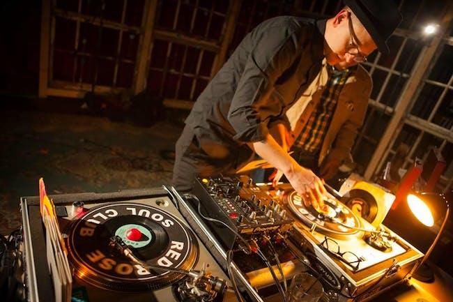 Vinyl Vibes w/ DJ Salinger
